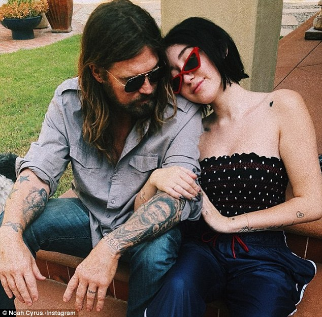 Noah Cyrus Shares Selfie With Dad Billy Ray Daily Mail Ideas And Designs
