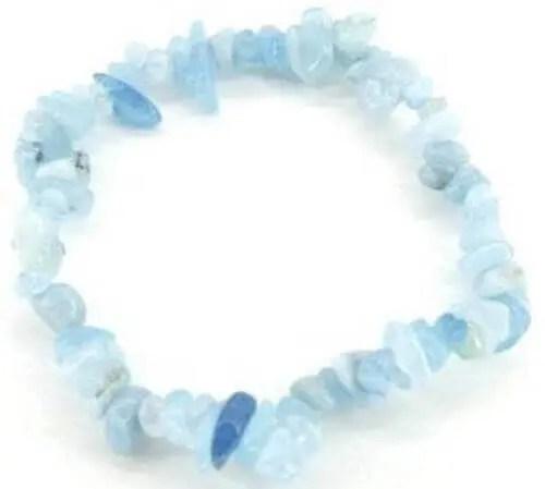 Bracelet élastique en éclats de pierres d'Aigue Marine.