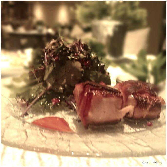Kräutersalat mit Ziegenkäse im Speckmantel  Herb salad with goat cheese wrapped in bacon