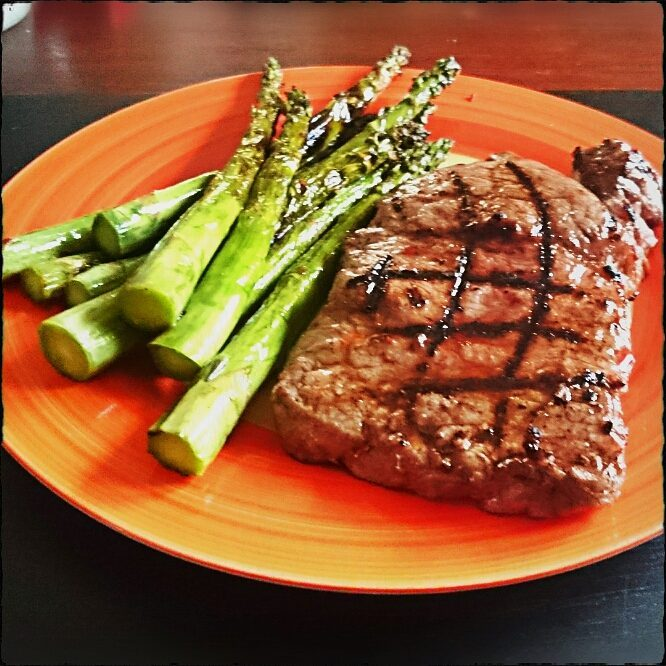 Rumpsteak with green asparagus