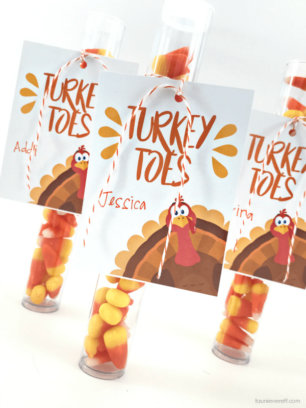 Turkey Toes Gift Tag - this candy corn treat is the perfect place card for the kid's Thanksgiving table #thanksgiving #thanksgivingplacecard #placecard