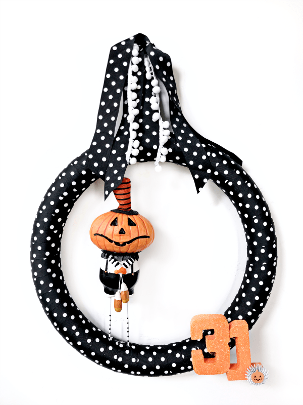 Vintage Halloween Wreath. This whimsical vintage-inspired Halloween wreath takes less than 30 minutes to put together and comes in at right around $20! #halloween #wreath #halloweenwreath #vintagehalloween