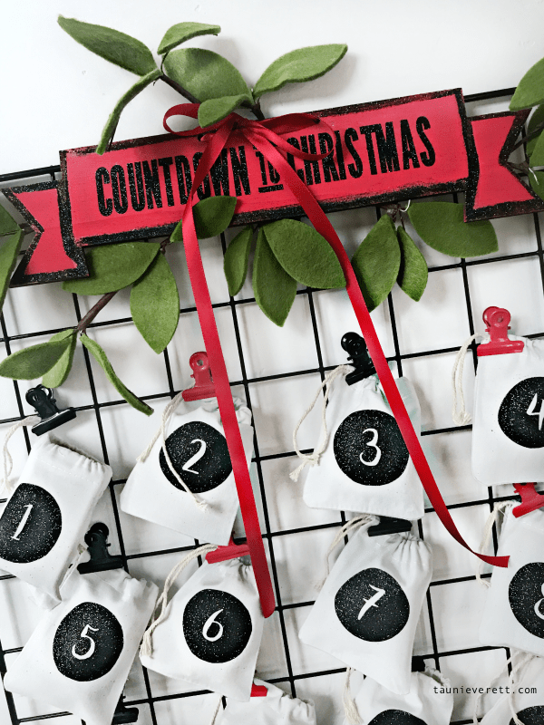 This pretty 30 minute Christmas advent calendar is both simple to make AND pretty to look at. #christmas #christmasadvent #advent #christmascountdown