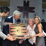 869BG board tournament winner Scarlett Serrero and finalist Philippe Vouhé. Tavlayı bu kız kaptı, adam da kızı kapmaya çalışırken yakalandı.