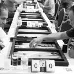 A black and white moment, yin yang  of backgammon. Tavlanın kutupsallığını gösteren siyah beyaz bir sanat parçası.