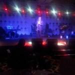 Famous Kürşat Başar performs after the prize ceremony. Meşhurlardan biri ödül töreni sonrası güzel bir solo atıyor.