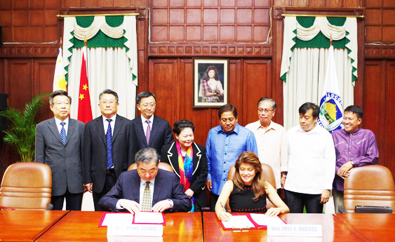 ACTION PLAN FOR FRIENDLY COOPERATION. Ilocos Norte Governor Imee Marcos and Shandong Vice Governor Wang Junmin sign the Action Plan for Friendly Cooperation to ensure continuity of their provinces' partnership for developmental growth in a ceremony held at the provincial capitol on April 3, 2017 with officials of both provinces (behind) witnessing the event. (Photo by Alaric M. Yanos and Reu Dawner A. Flores, PGIN-CMO)