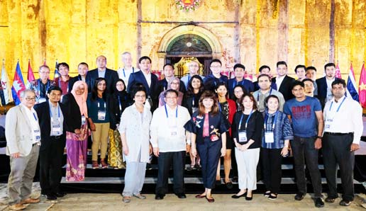 DINNER AT PAOAY CHURCH. Ilocos Norte Gov. Imee Marcos poses with guests in front of Paoay Church after a dinner tendered by the provincial government on December 6, 2017. (Photo by Alaric A. Yanos, PGIN-CMO)