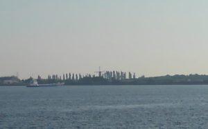 海の向こうに見える風車?
