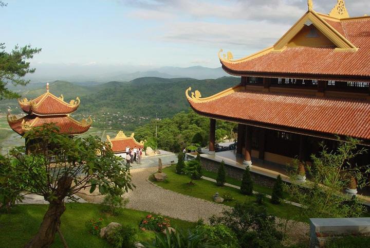 Đồi núi chập chùng phía trước Thiền Viện Trúc Lâm
