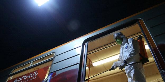 Eine Metrostation in der armenischen Hauptstadt Jerewan wird desinfiziert.