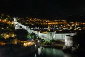 09 - Dubrovnik, Kroatia Panun Matkat Dubrovnik, Kroatia: Kun päätin vaihto-opiskeluni Puolassa kesällä 2010, tapasin vaimoni Gdanskissa, josta lähdimme kuukauden juna-bussimatkalle halki itäisen Keski-Euroopan. Tie vei Puolan, Unkarin, Serbian ja Bosnian kautta Kroatiaan, jossa päätimme reissun rentouttavaan rantalomaan Dubrovnikissa. Ensimmäisenä iltana kiipesimme kukkulalle ihailemaan vanhaakaupunkia iltavalaistuksessaan ja tunsimme saapuneemme maailman kauneimpaan kaupunkiin.
