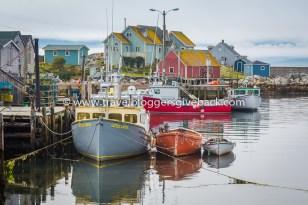 31 - Peggy's Cove, Kanada Meriharakka - Iirislahdesta maailmalle ja takaisin Peggy's Cove, Kanada: Peggy's Coven majakkaa lähellä Halifaxia Nova Scotiassa Kanadan itärannikolla väitetään yhdeksi maailman kuvatuimmiksi majakoiksi. Majakalla onkin usein ruuhkaa, mutta pieni satama tarjoaa rauhallisia ja kauniita näkymiä. Värikkäät kalastajaveneet vievät ajatukset kauas arjesta.