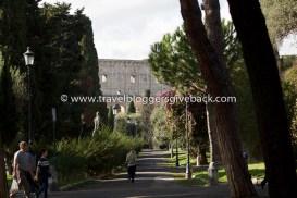 37 - Rooma, Italia Lähtöselvitetty Rooma, Italia: Minua kiehtoi ajatus siitä, kuinka ihmiset ovat juoksulenkillä tai matkalla koulusta tai ruokakaupasta, ja ohittavat tämän rakennuksen ilman, että ilmekään värähtää. Heille se on arkipäivää, vaikka me matkustamme pitkiä matkoja nähdäksemme sen. Tuolta suunnalta saapuessa Colosseum ei nouse Via dei Fori Imperialin päässä majesteetillisesti, vaan se alkaa hiljalleen kurkistella puiston puiden takaa. Se ikään kuin hiipii silmiin ennen kuin paljastaa koko komeutensa.