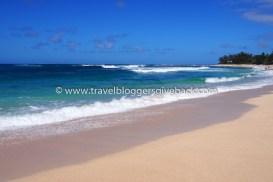 """41 - Havaiji, USA Marika World Havaiji, USA: Kuva otettu Havaijilla Oahun saaren pohjoispuolella Sunset Beach rannalla. Sunset Beach on osa Oahun pohjoispuolen """"Seven Mile Miraclea"""" jossa pääsee talvikaudella ihailemaan maailman parhaita surffaajia työssään. Ilman kokemusta ei pohjoisen aaltoihin ole menemistä, mutta paratiisirannalla kelpaa viettää aikaa muutenkin."""