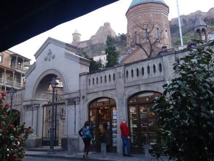 Продается коммерческая площадь 100 кв/м на площади Шардени в Тбилиси