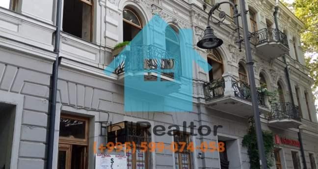 Сдается в долгосрочную аренду 6 комнатная квартира в центре Тбилиси