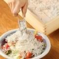 釜揚げしらすと豆冨のでら盛りサラダ