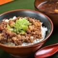 特製国産牛すじ肉丼(みそ汁付き)