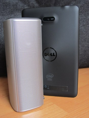 Dell Bluetooth Portable Speaker AD211 neben dem Dell Venue 7