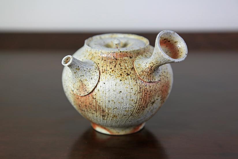 Japonská keramika vypalovaná v pecích na dřevo