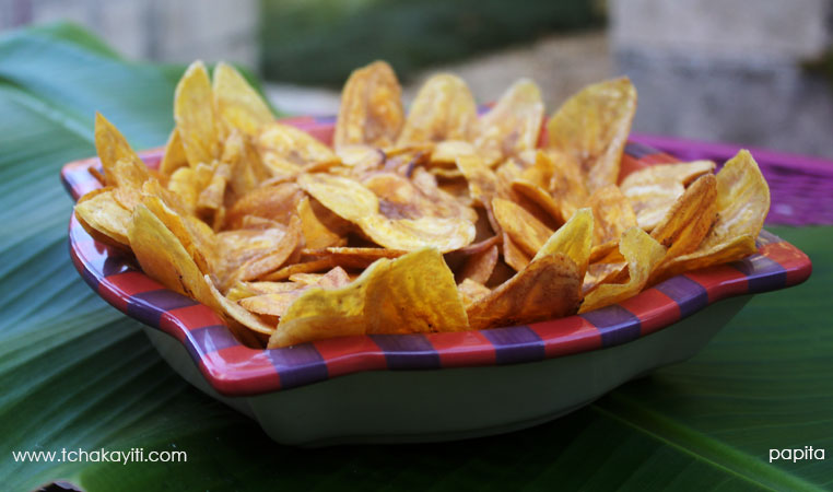 These Haitian plantain chips, known as papita, are crispy and salty. The perfect snack. | tchakayiti.com