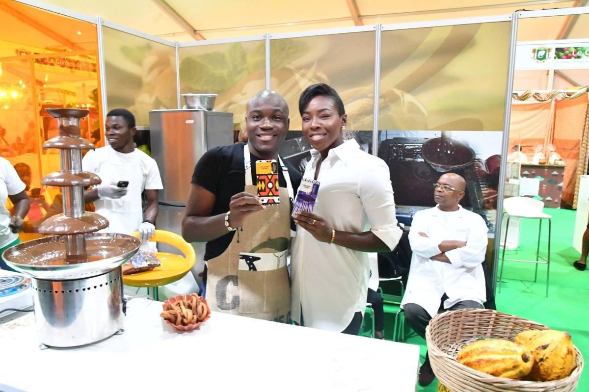 Murielle Ahouré visite le stand de Monchoco JNCC 2018