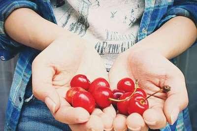cherries_hands