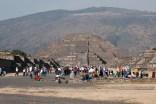 Avenida de los muertos, looking at Pirámide de la luna