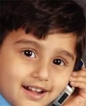 niño hablando por el teléfono móvil