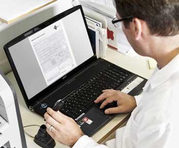 Médico usando un ordenador