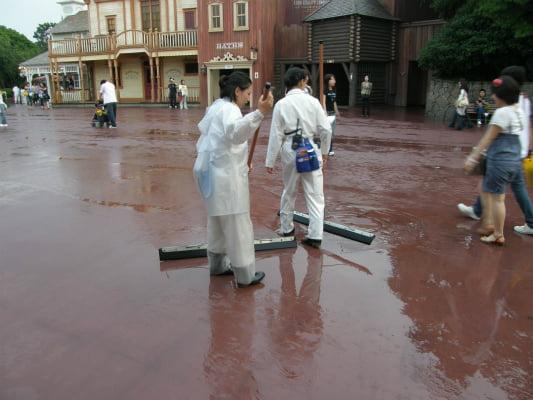 雨や風、台風でもディズニーランド・シーはやってるの??