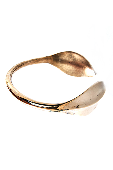 RO-LEAFY MBILI RECYCLED BRASS BRACELET /// ROGO COLLECTION Recycled brass. One large leaf.
