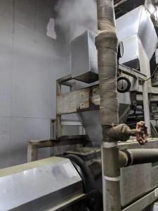 生葉に蒸気を当てる機械