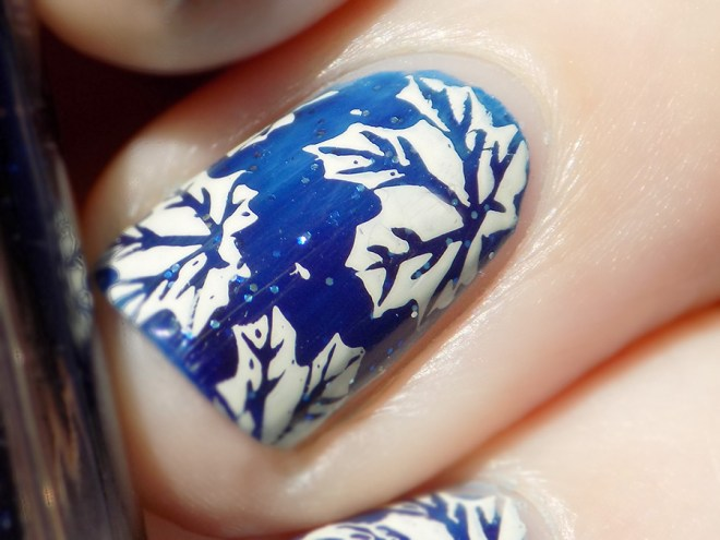 Toronto Maple Leafs Nail Art with Essie Starry Starry Night - BP-L024 and MdU Bones - swatch closeup