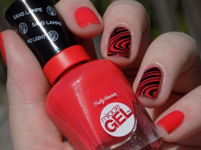 Sally Hansen Miracle Gel 409 World Wide Red - Swatch Sunlight Stamped Pueen Fancy Lover 02
