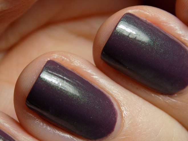 Essie Gel Couture Twill Seeker Swatch - Closeup showing green shifts