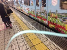 A photo from Eri Taguchi (previously lost in my inbox!) who listens with blue headphones when she's out and about. Here's a Japanese train platform. Ah, Nihon 懐かしい !