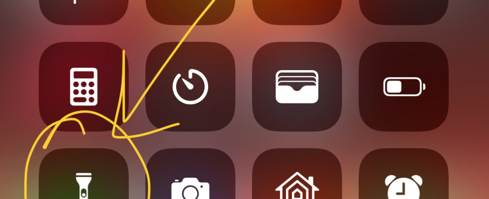 How to adjust the brightness of iPhone Flashlight