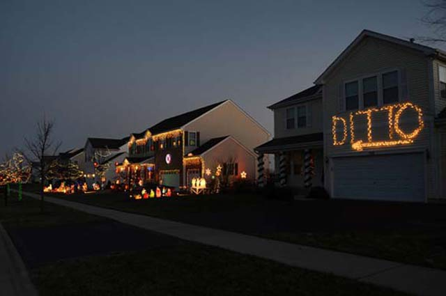 26 Funny Christmas Photos for the Whole Family ~ ~ lazy Christmas lights