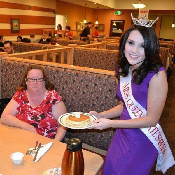 "Forget the photo-op, Delores just wanted her ""Goddamn pancake!"" ~ 33 Awkward Funny Family Photos"