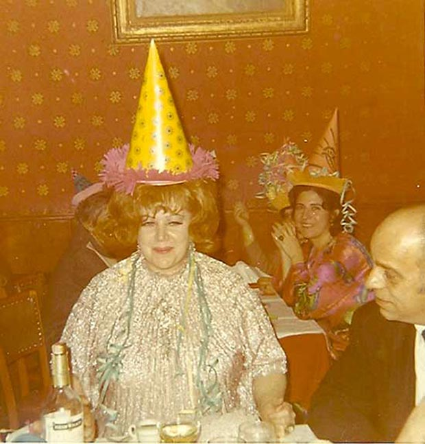 Rodi'es here. Let the party begin! … ~.~ ... Funny Awkward family photos, vintage snapshots, holiday party