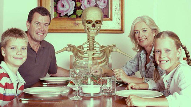 33 Funny Pics and Memes of the Day ~ funny family photo dinner table skeleton halloween