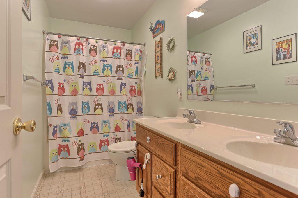 189 Twin Creeks Dr - Bathroom