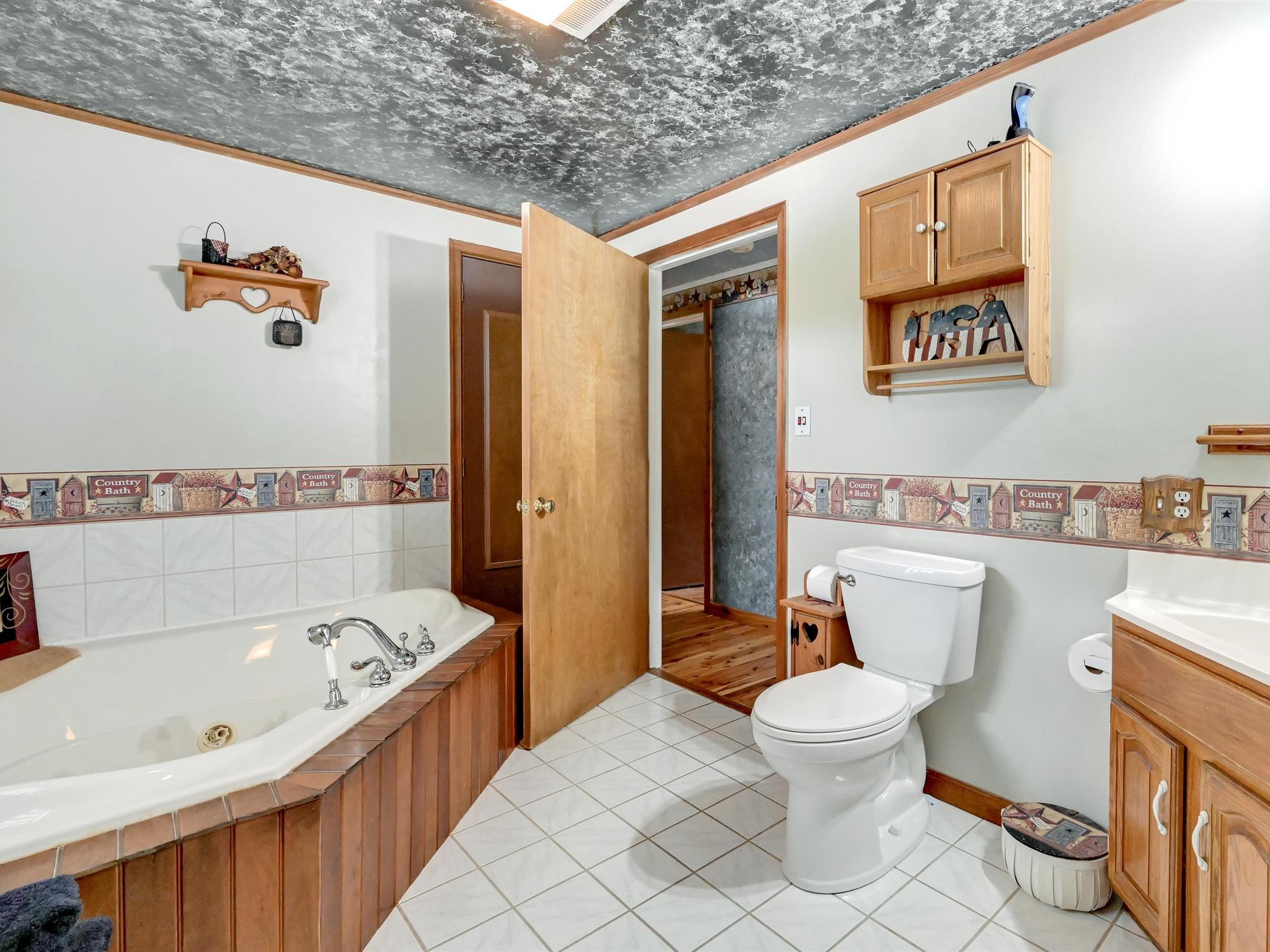 1617 Greenwood Dr. - Master Bathroom with Tub