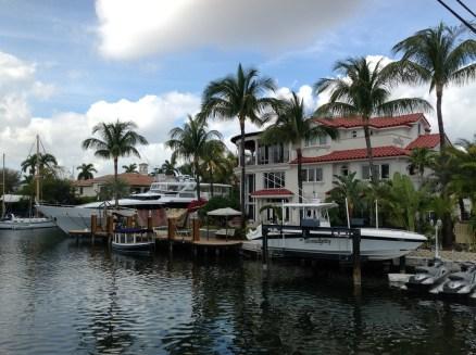 Fort Lauderdale - da fühlt man sich so richtig arm. Man beachte das Schiff hinter dem Haus!