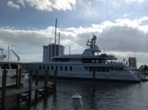 Yacht mit Ladeklappe am Heck - unfassbar