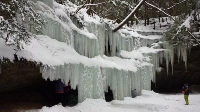 Eiszapfen im Bereich Old Man's Cave. Hinter der unteren Reihe konnte man durchgehen...