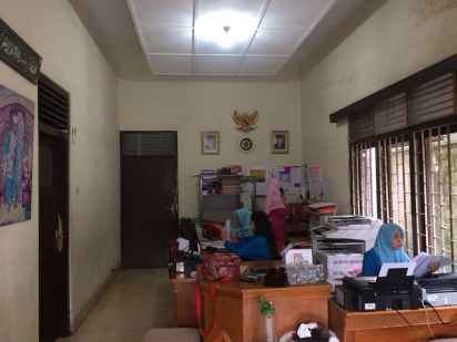 Keadaan kantor Ibu Dessi dan terdapat 3 orang pegawai yang membantu.