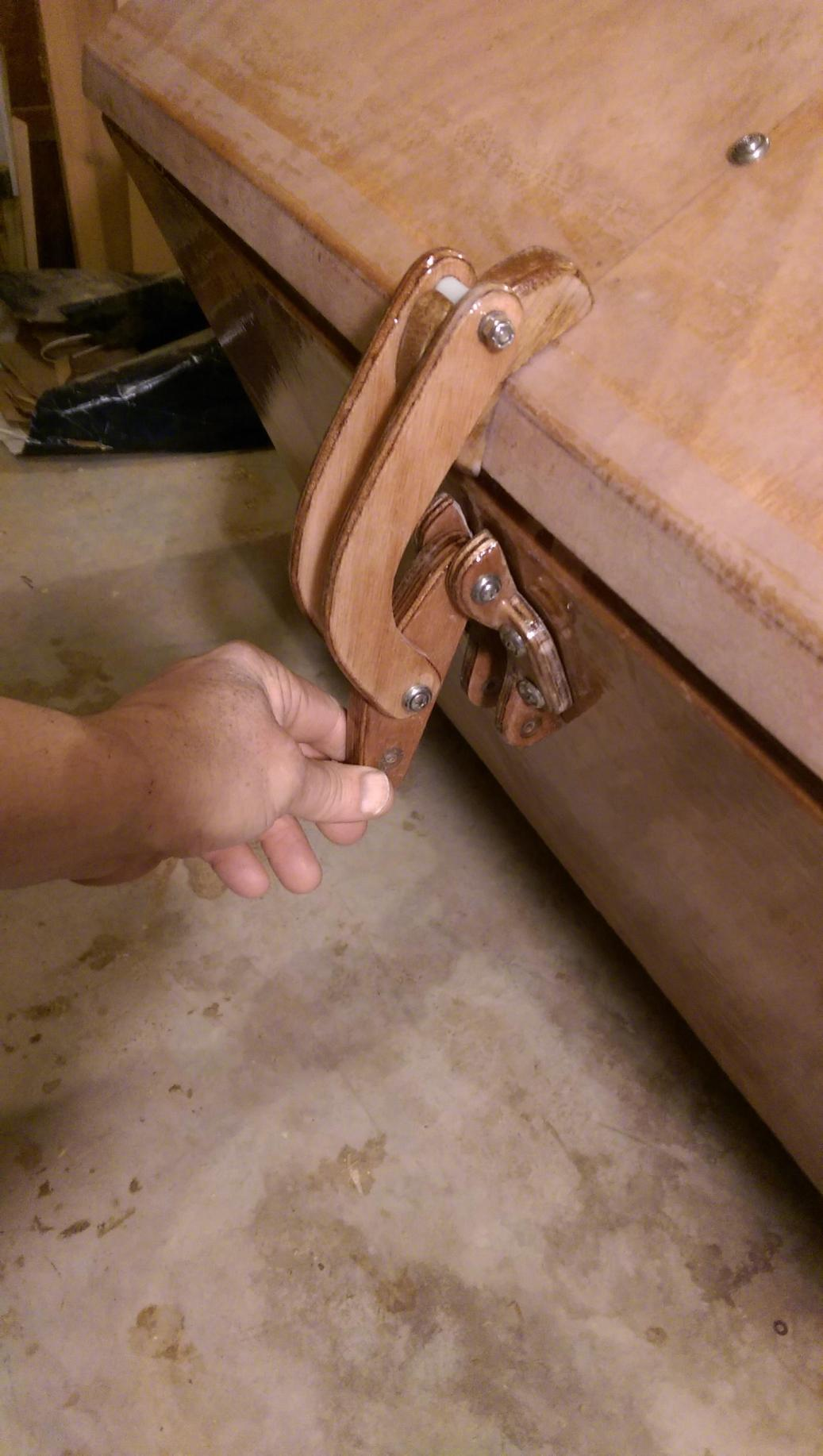 Closing latch